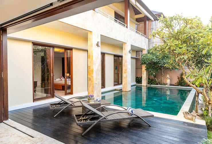 Pavimento de madera alrededor de piscina