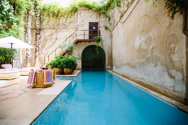 Decoración rústica con plantas en piscina