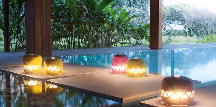 Piscina decorada con velas